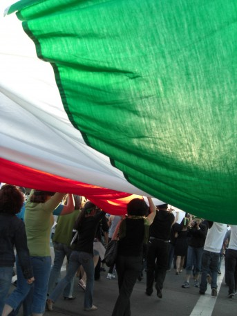 Iranian_flag_during_green_movement_Demonstration
